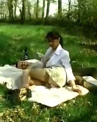 Maude Baccardi baise sur l'herbe.