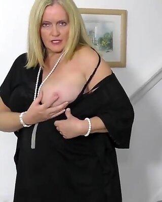 Gorąca babunie chce się dla ciebie masturbować
