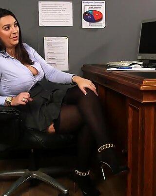 큰 젖퉁이 brit 관음증 흥분된 옷 입은 여자와 누드 남자 sub from desk