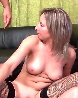 Mere de famille grave prise en double penetration pour son casting porno