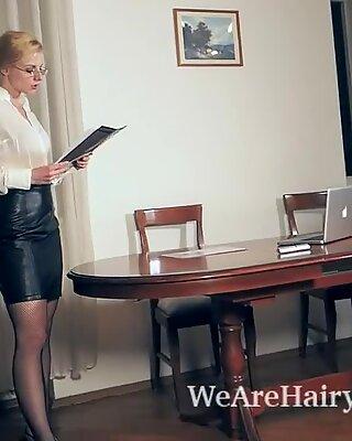 Jadeite putih masturbasi dengan mainan di Kantornya