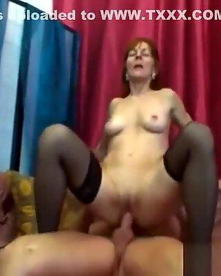 Młody chłopak bezlitośnie posuwa oszalałą na punkcie seksu babunie w czarnych pończochy