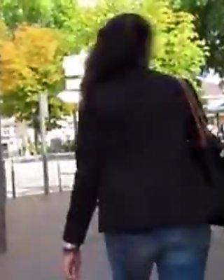 Miss Flashing montre son cul dans la rue